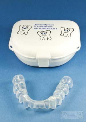 Mit den Zähnen knirschen